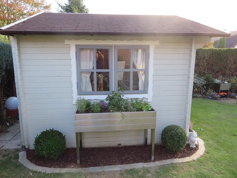 Gartenhaus mit Hochbeet