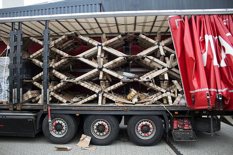 LKW mit Tischgestellen