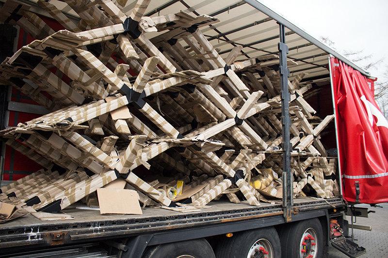 Tischuntergestelle auf LKW