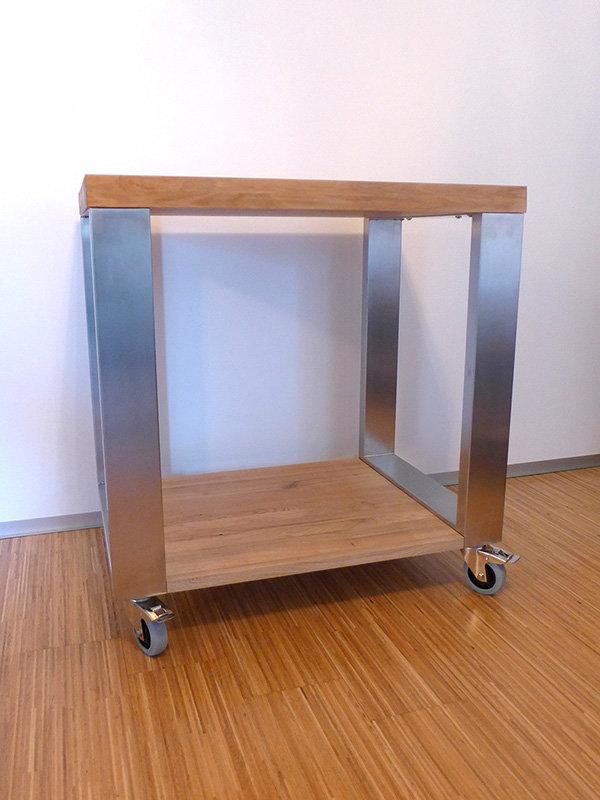 Fahrbarer Tisch mit Edelstahl Tischfüßen