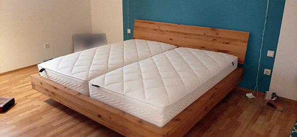 Bett mit Stahl Bettgestell montiert