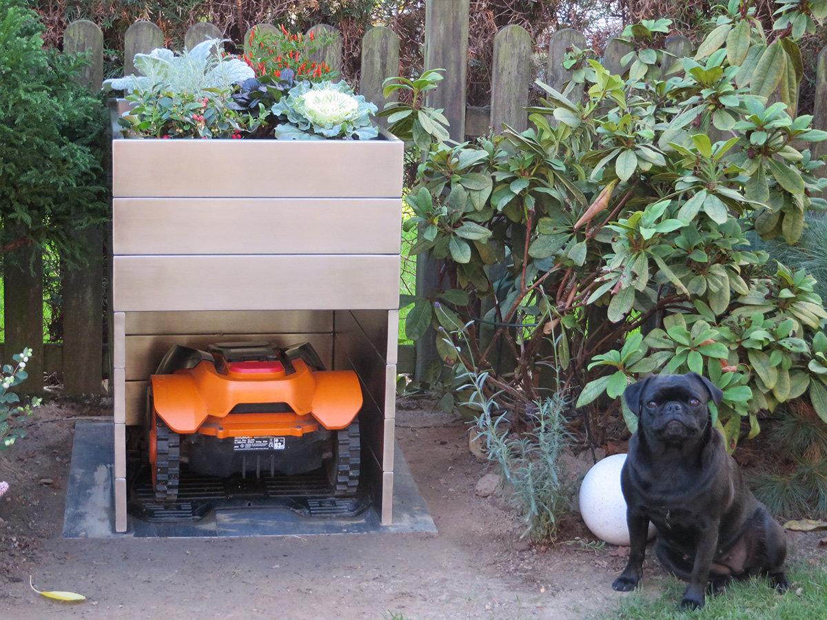 Mähroboter-Garage mit Mops