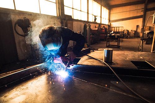 stahl-metall-verarbeiten-in-der-fertigung